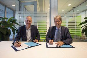 Contract signing: van Schaik (left) and Verhoef. (Photo: ESA)