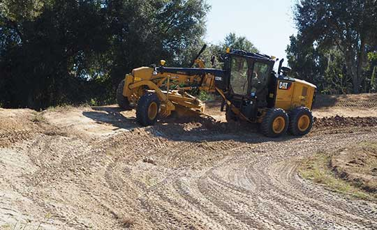 A new mastless motor grader configuration gives operators an improved range of blade motion. (Photo: Trimble)