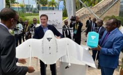 Tom Plümmer, Wingcopter CEO, accepts the award from Rwanda's President Paul Kagame. (Photo: Wingcopter)